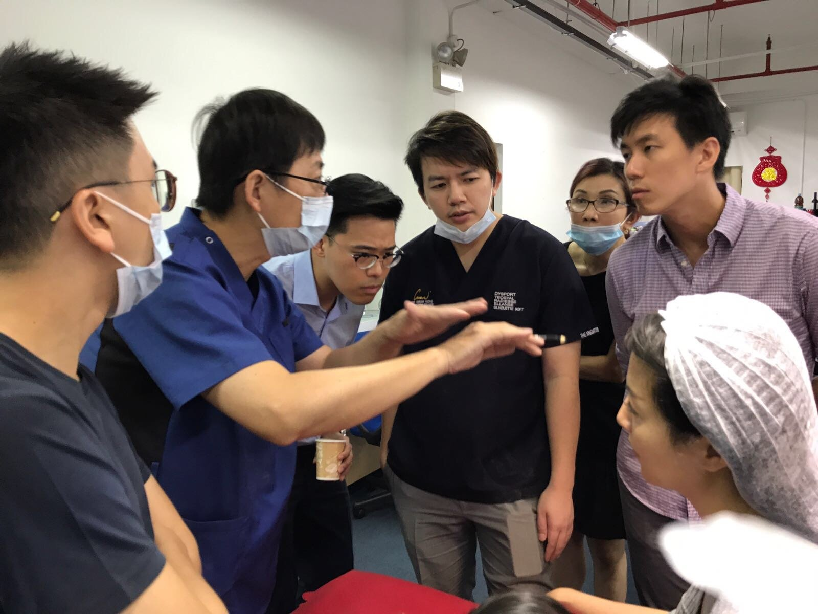 Dr Yang Sung Yu explaining the concept of how to place the threads underneath the skin