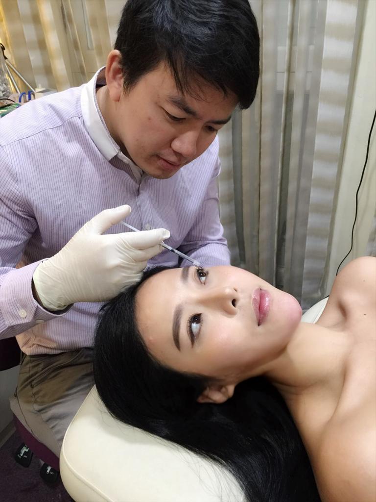 Dr Israr Wong administering Dysport Dermalift